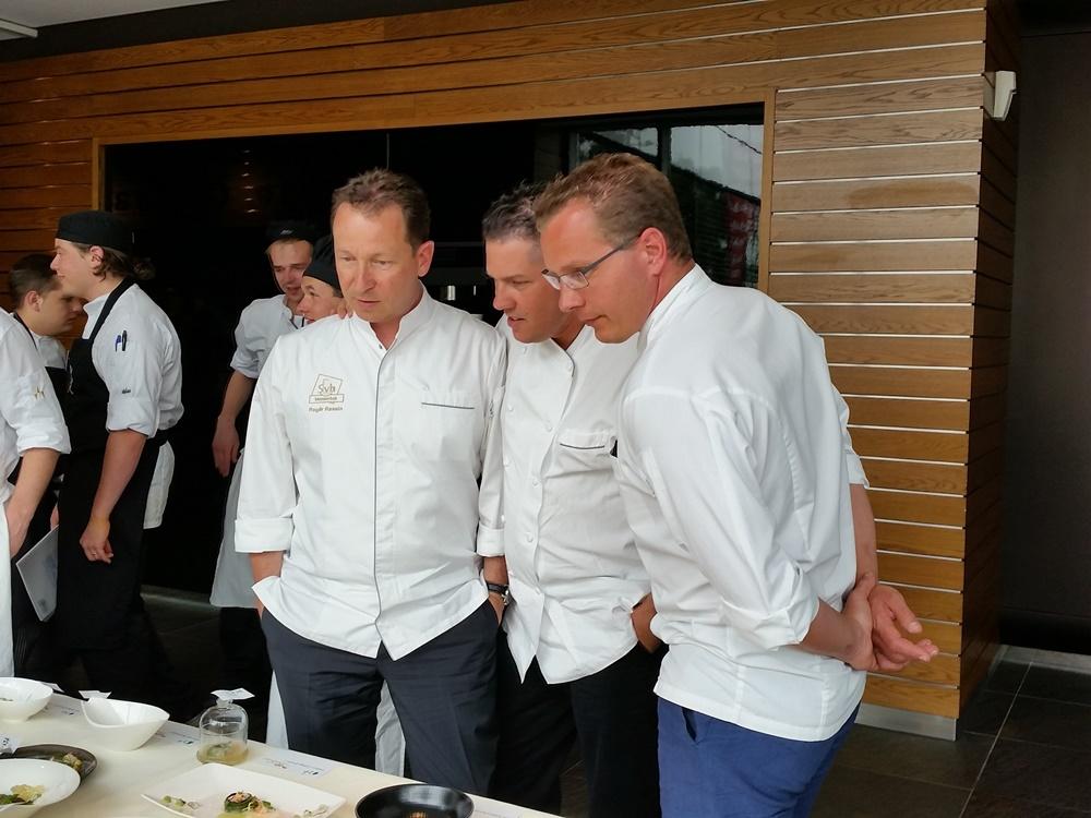 Juryleden Rassin, Boerma en Kokmeijer (vlnr) kijken nog even naar alle gerechten